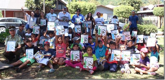 FOTO niños reciben libros 1